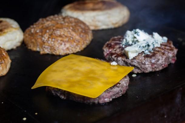 Burger von der Plancha mit Whiskey Sauce (004 von 008)