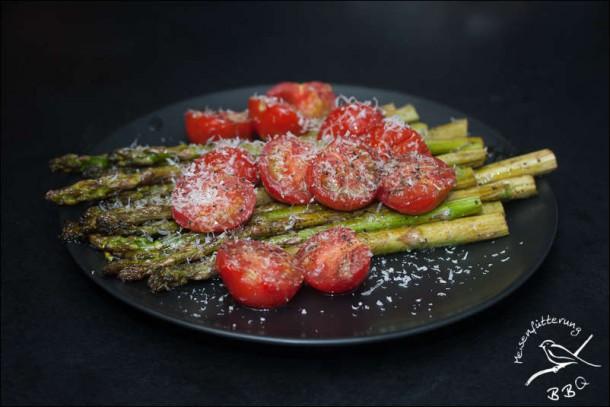 Grüner Spargel mit Tomaten und Parmesan